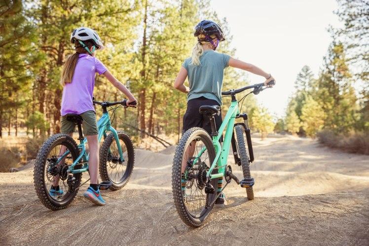 Quelques idées et infos pour bien équiper votre enfant en vélo et VTT, classées par tranches d'âge !